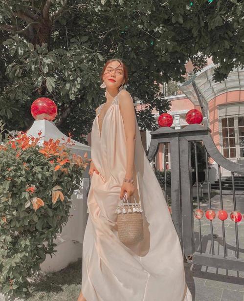 Thiết kế váy suông nhẹ nhàng, giúp người mặc giải phóng hình thể một cách hoàn hảo nhất được Lan Khuê sử dụng cùng túi nan điệu đà.