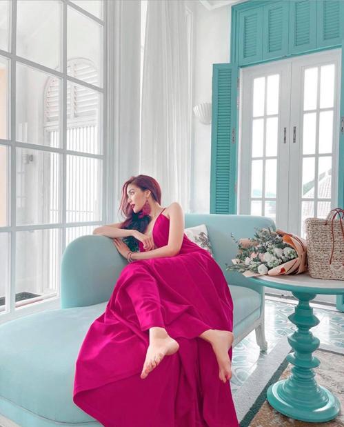 Khi khoe dáng trong căn phòng trang trí hai mảng màu xanh - trắng, bà mẹ bỉm sữa chọn váy hồng sen để giúp mình nổi bật.