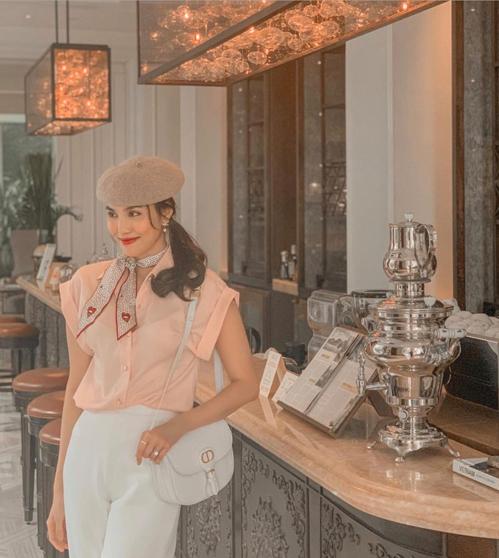 Những khi rong ruổi phố xá Sài Gòn, thưởng thức cafe, Lan Khuê cũng lên đồ kỹ lưỡng. Người đẹp còn sử dụng các mẫu túi hiệu đúng trend để tạo điểm nhấn.