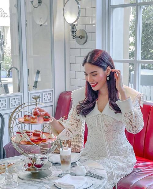 Trang phục khi đi thưởng thức trà chiều lại điệu đà hơn với kiểu váy mang hơi hướng cổ điển thiết kế trên ren trắng.