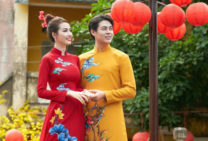Trong trang phục hai màu đỏ, vàng và họa tiết tương đồng, Ngọc Thiết - Phan Thị Mơ sắm vai một cặp đôi hạnh phúc dạo chơi, ngắm cảnh mùa xuân.