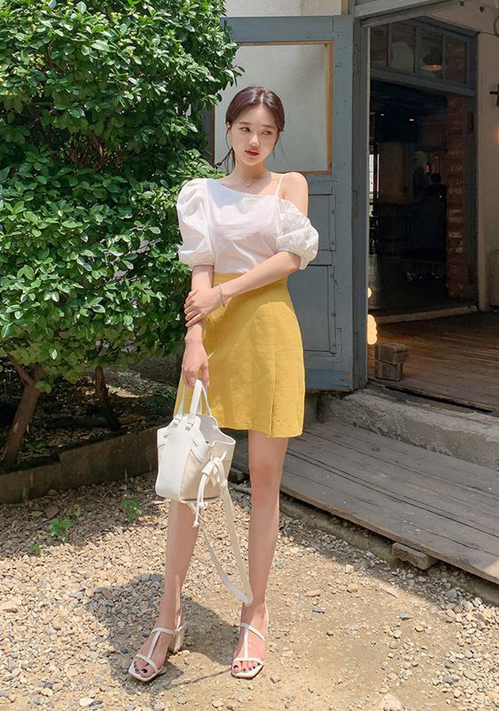 Chân váy ngắn tông vàng có thể sử dụng cùng áo sơ mi, áo lệch vai, áo thun và các mẫu cut-out tôn nét gợi cảm.