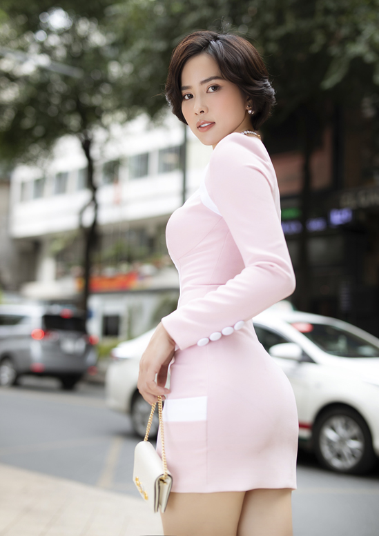 Bella Mai hiện là diễn viên phim truyền hình. Cô từng đoạt giải Á hậu 1 cuộc thi Hoa hậu Du lịch Hoàn vũ Thế giới 2017. Người đẹp thường khiến bạn bè, khán giả trầm trồ khi diện váy bó, lộ vòng eo con kiến.