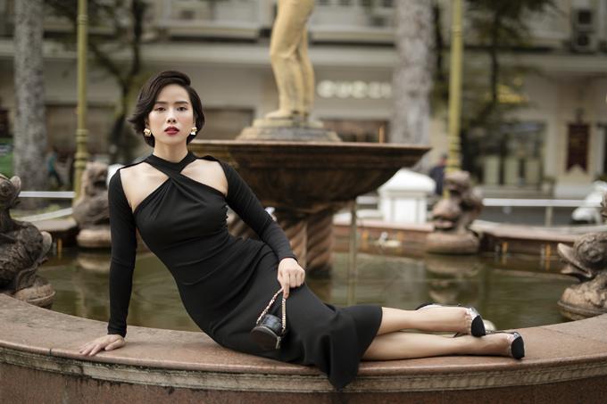 Váy bó gam đen làm nổi bật làn da trắng của Bella Mai. Cô vừa trải qua cuộc phẫu thuật loại bỏ khối u trên cơ thể nhưng vẫn giữ tinh thần lạc quan, biết chăm chút, yêu thương bản thân nhiều hơn.