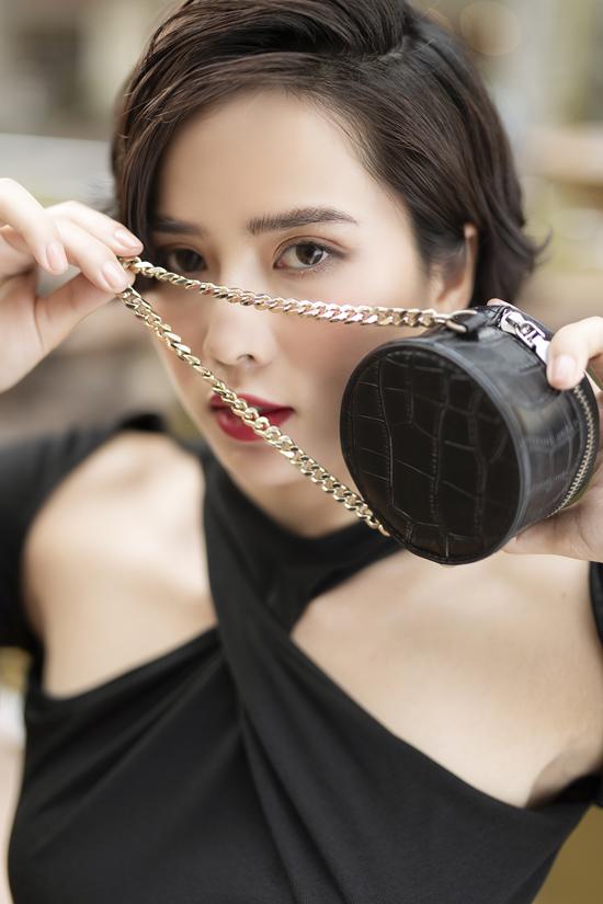 Nữ diễn viên đang theo xu hướng kết hợp trang phục với những món phụ kiện xinh xắn như túi xách mini size.