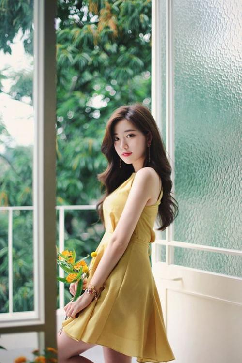 Đầm liền thân, váy thắt eo phù hợp với không khí Sài Gòn. Đây cũng là kiểu trang phục mang tính ứng dụng cao và dễ mặc đi làm, đi chơi và thậm chí tham gia tiệc nhẹ.