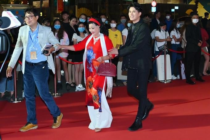 MC Vũ Mạnh Cường (áo đen) cùng NSND Kim Cương (áo dài đỏ).