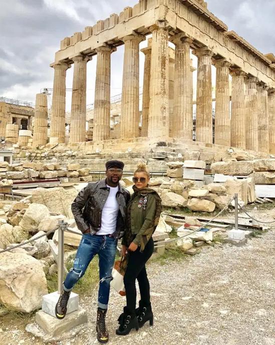 Mayweather và Anna chụp ảnh bên ngoài ngôi đền cổ Acropolis ở Hy Lạp năm ngoái. Ảnh: Instagram.