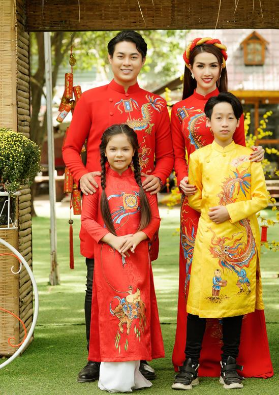 Hai mẫu nhí tham gia buổi chụp ảnh giới thiệu sưu tập áo dài xuân dành cho gia đình cùng Phan Thị Mơ, Ngọc Thiết.