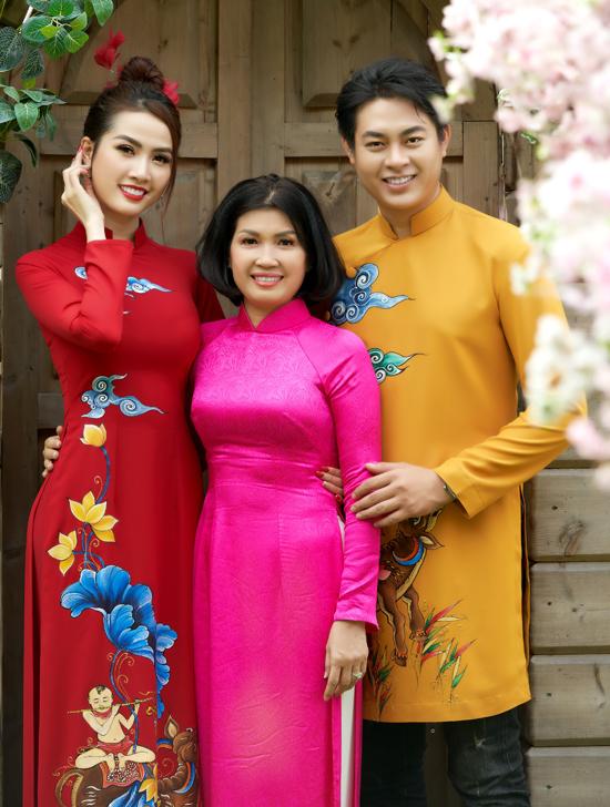 Phan Thị Mơ và Ngọc Thiết chụp ảnh cùng nhà thiết kế Đan Hà - tác giả các mẫu áo từ truyền thống đến cách tân cho dịp Tết Tân Sửu năm nay.