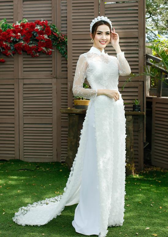 Hoa hậu Đại sứ Du lịch 2018 trẻ trung với trang phục đắp vải ren, họa tiết nổi tinh tế.