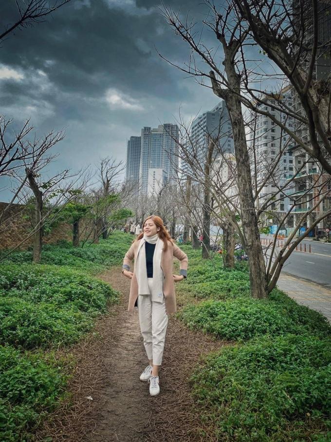 Hơn một tháng nay, đoạn đường ngắn trên đường Võ Nguyên Giáp trở thành điểm check-in hot của dân Đà Nẵng. Càng gần tới Tết Âm lịch, trời lạnh hơn, khung cảnh xung quanh khiến nhiều người liên tưởng đến những con đường trong phim Hàn Quốc. Ảnh: Đan Thanh.