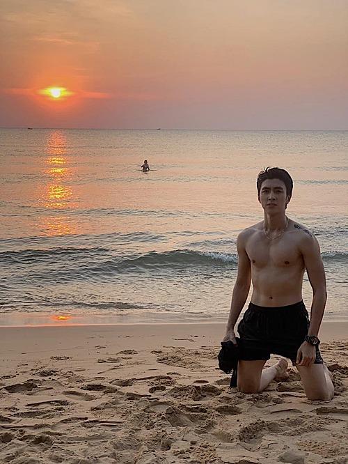 Diễn viên Bình An khoe body săn chắc trên biển Phú Quốc.