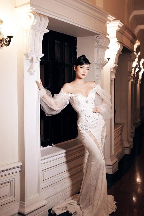 Ca sĩ Minh Hằng diện váy tôn vòng một gợi cảm khi dự sự kiện.