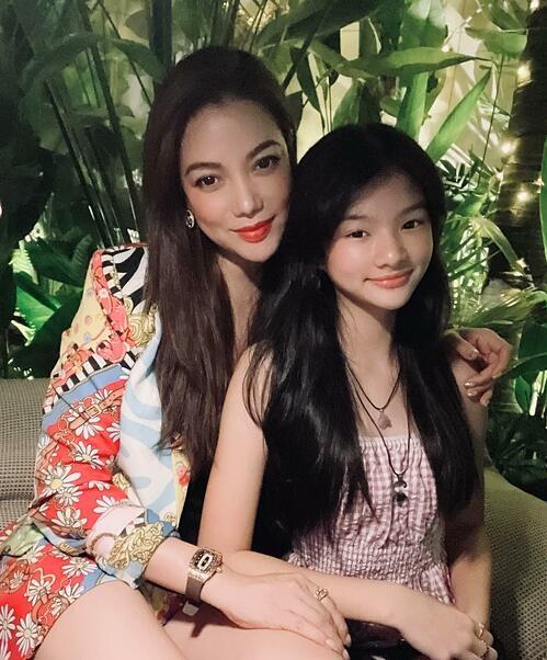 Con gái Trương Ngọc Ánh ra dáng thiếu nữ khi ngồi cạnh mẹ.