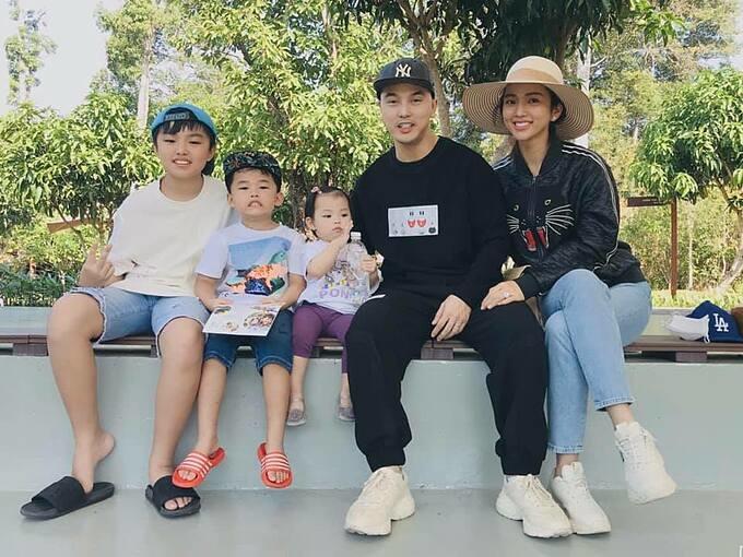 Vợ chồng ca sĩ Ưng Hoàng Phúc - Kim Cương giản dị bên ba con.