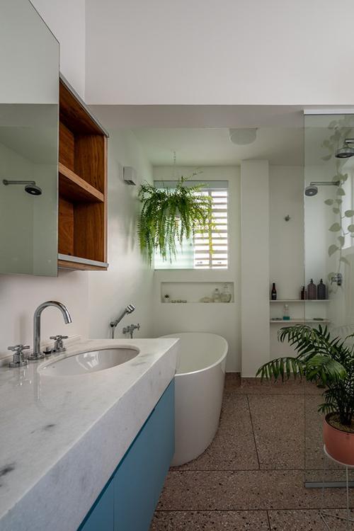 Còn phòng cho gia nhân trở thành phòng tắm mới.