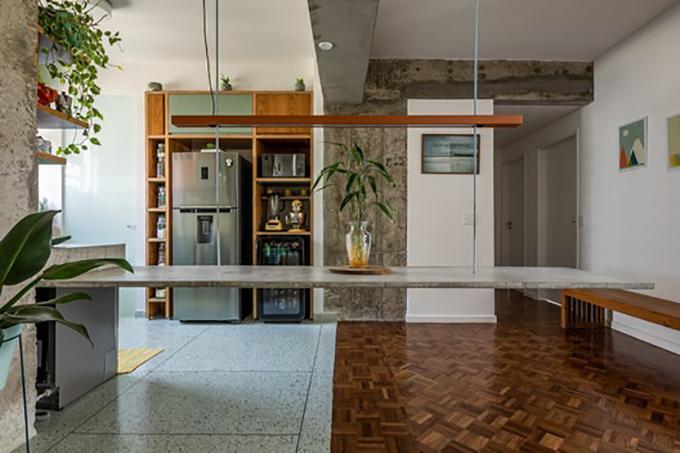 Chiếc bàn này không có giá đỡ trên sàn mà được treo cố định bằng hai thanh sắt, hàn vào kết cấu trần.