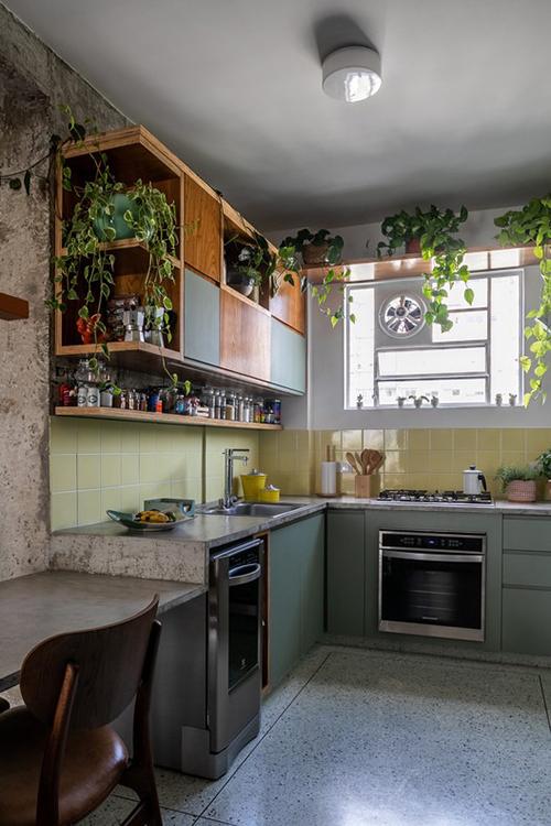 Phòng tắm ban đầu được chuyển thành bếp, có các hốc để đựng đồ gia dụng.