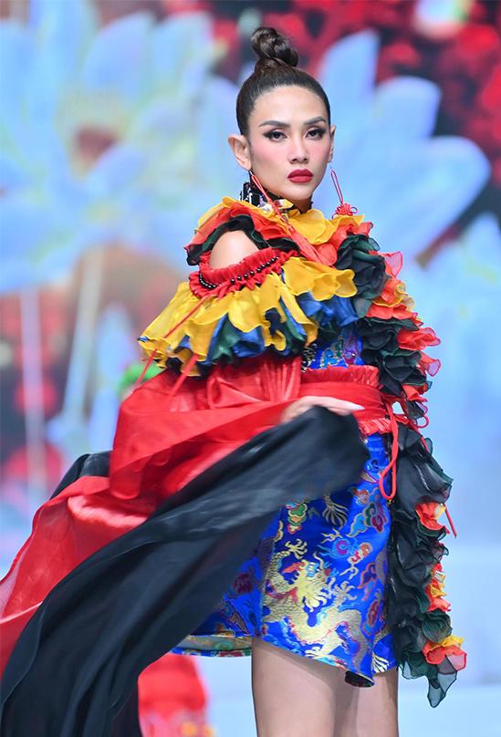 Nửa cuối năm 2020, Võ Hoàng Yến phu sóng khắp các sàn diễn thời trang với vai trò vedette. Cô còn lọt Top 5 đề cử Mỹ nhân của năm do báo Ngoisao.net bình chọn.