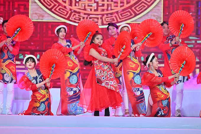Nhà thiết kế còn tôn vinh các giá trị văn hóa truyền thống trong show diễn bằng tiết mục cải lương tiếng trống Mê Linh, múa quạt...