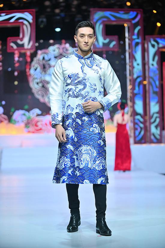 Một thiết kế áo dài nam họa tiết rồng trên nền vải cứng và phom dáng tôn vẻ mạnh mẽ.