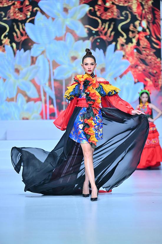 Bộ váy với tà dài thướt tha cũng không thể làm khó Võ Hoàng Yến trên sàn catwalk.