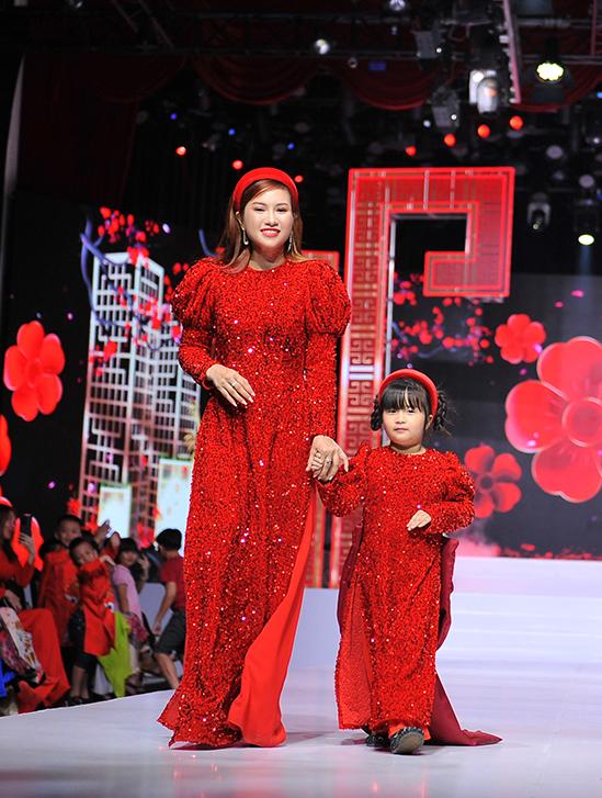 Nhà thiết kế giới thiệu một số mẫu áo dài  mẹ và bé dành riêng cho tết Tân Sửu. Màu đỏ càng trở nên rực rỡ hơn với chất liệu phủ sequin.