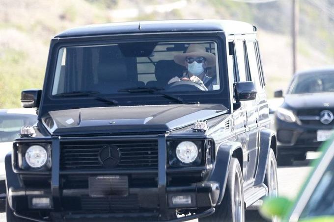 Bradley lái xe đưa con đi chơi. Tài tử Hollywood đội mũ rộng vành, đeo kính và khẩu trang kín mít.