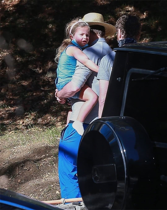 Bé Lea trở về nhà của bố ở Malibu sau hơn một năm sống tại New York cùng mẹ. Vì dịch bệnh, cô bé bị hạn chế đi lại giữa hai bờ đất nước. Bradley Cooper thi thoảng vượt hàng nghìn dặm tới bờ đông thăm con gái.
