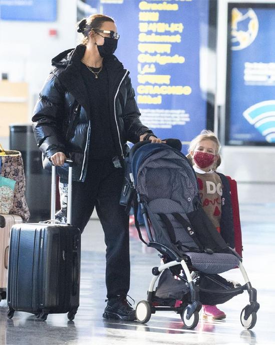 Siêu mẫu Irina được trông thấy đưa Lea ra sân bay rời New York hôm 26/12.
