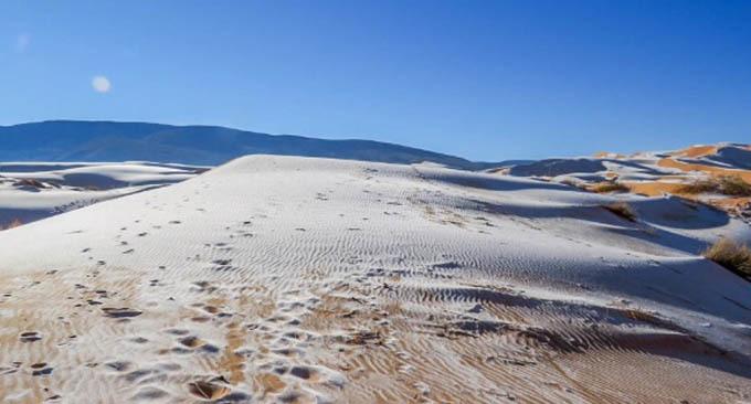 Tuyết bao phủ trên các đụn cát của sa mạc Sahara.