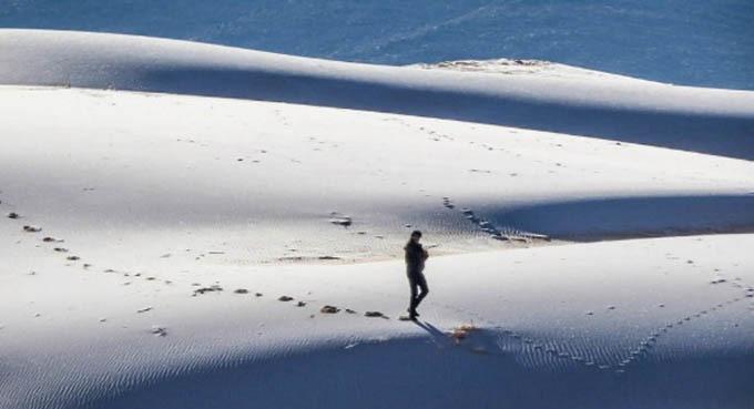 Nhà khí tượng học Eric Leister của AccuWeather cho biết tuy tuyết hiếm khi xảy ra ở Tabuk nhưng đây không phải là hiện tượng quá kỳ lạ. Các nhà nghiên cứu đã xem xét kỹ những thay đổi đối với lượng mưa ở khu vực Sahara và phát hiện ra rằng sa mạc có sự biến đổi đáng kể trong thế kỷ qua do ảnh hưởng của biến đổi khí hậu. Ảnh: Bav Media.