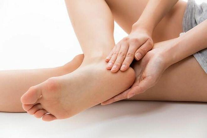 Tận dụng chuối bị thâm đen hay đu đủ chín quá để massage gót chân, trị khô nứt.