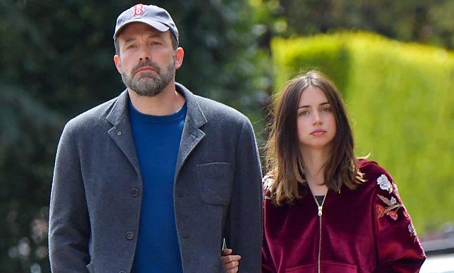 Ben Affleck chia tay bạn gái kém 16 tuổi