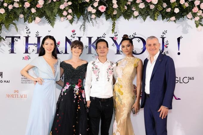 Hoa hậu H'Hen Niê (thứ hai từ phải qua), Hoa hậu Quý bà Thu Hương, Hoa khôi Thanh Khoa... cùng dàn mẫu Việt cũng góp mặt tại sự kiện.