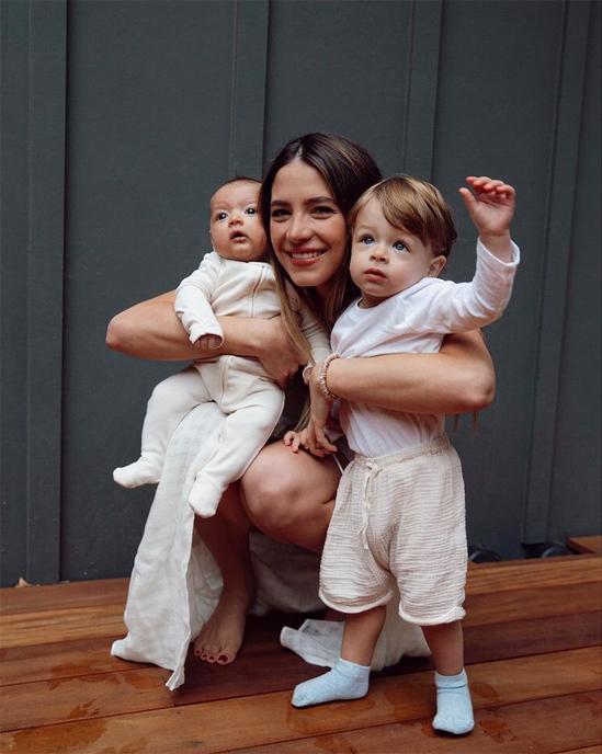 Người đẹp Sarah Kohan bên hai con trong bức ảnh mừng Giáng sinh mà thiếu vắng Chicharito. Ảnh: Instagram.
