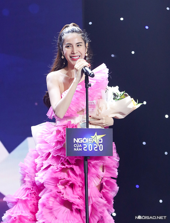 Thủy Tiên nổi bật trong bộ váy hồng xếp tầng cầu kỳ.