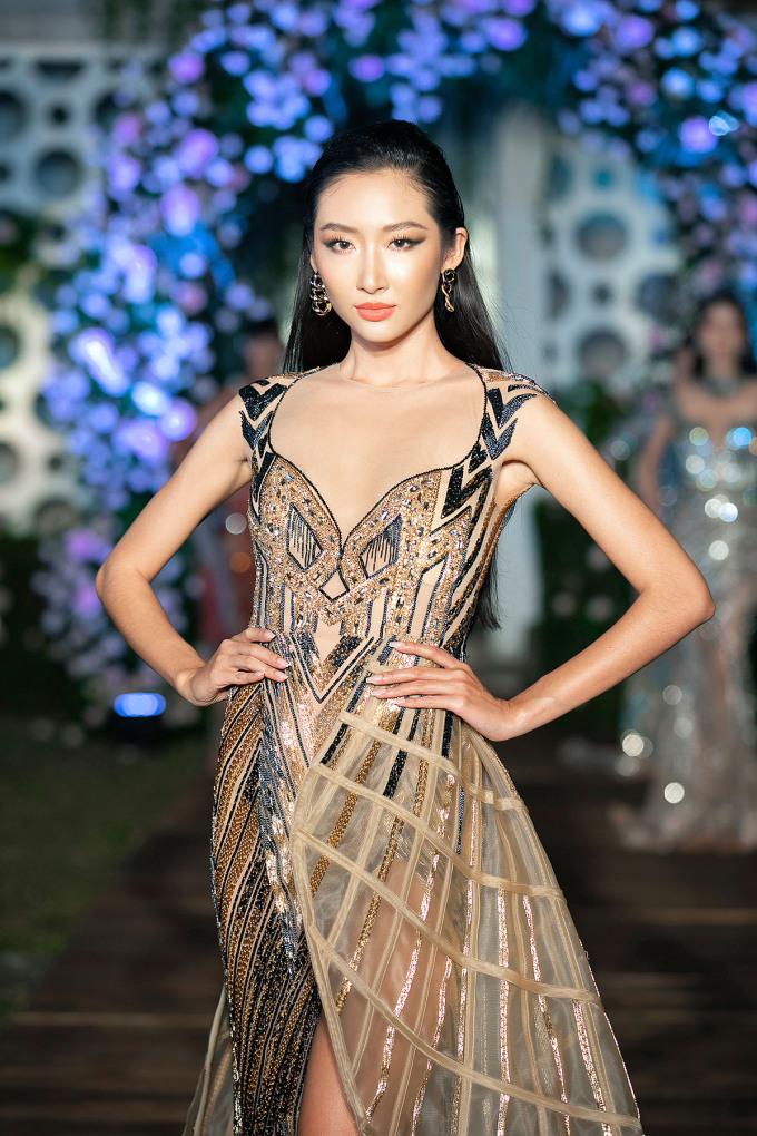 Thiết kế ra mắt giới mộ điệu ở show I dreamed a dream, trong khuôn khổ tuần lễ Vietnam Runway Fashion Week cuối tháng 10/2020. Váy lấy cảm hứng từ Mortlach - huyền thoại trong giới whisky. Hoàng Hải mất tới 281 giờ để hoàn thiện.