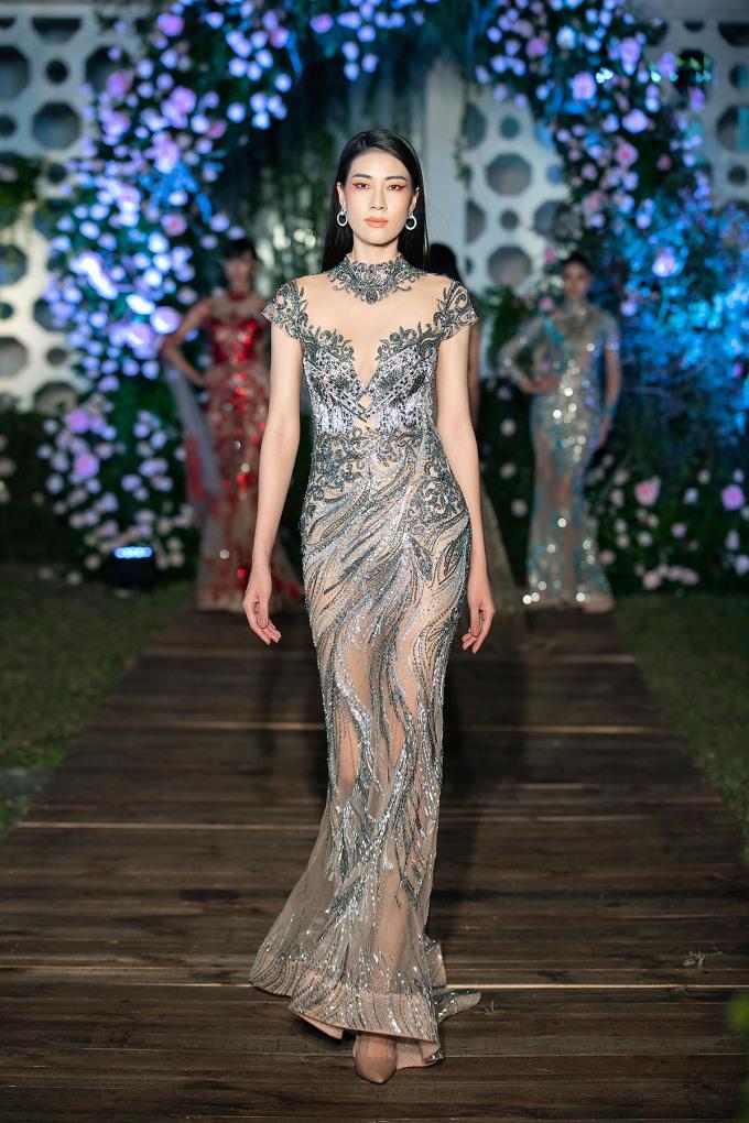 Cũng tại sự kiện, nhà thiết kế cũng trình làng thêm một mẫu Mortlac khác. Anh cho biết từ nay đến hết năm, sẽ ra mắt 12 chiếc váy thuộc dòng Tuyệt tác giấu kín Mortlach. Trước đó, Lan Khuê khoe vẻ quyến rũ khi diện thiết kế cùng tên.