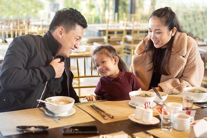 Lam Trường khen con gái ngày càng bộc lộ tính cách đáng yêu khi được bố mẹ cho đi du lịch ở Đà Lạt.