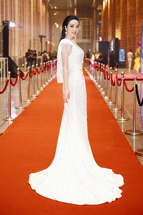Hoa hậu Giáng My tôn nét khả ai và sang trọng cùng thiết kế váy xoắn eo của hai nhà thiết kế Vũ Ngọc và Son.