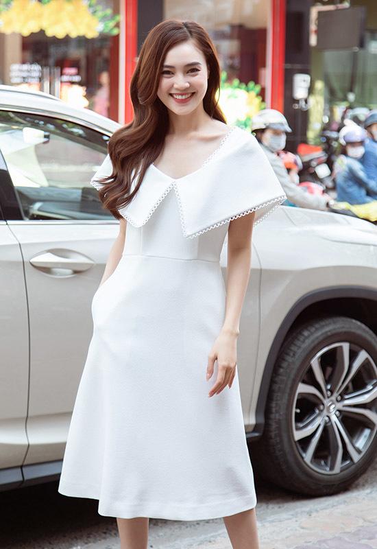 Diễn viên Ninh Dương Lan Ngọc trẻ trung trong chiếc đầm màu trắng, phần cổ xoè to bản. Mái tóc uốn xoăn bồng bềnh cùng kiểu trang điểm nhẹ nhàng tôn lên nét trẻ trung, rạng rỡ của nữ diễn viên.