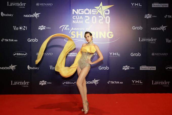 MC - siêu mẫu Phương Mai gây ấn tượng mạnh mẽ khi diện body suit phối thêm lụa vàng rực rỡ. Bộ cánh của Hoàng Minh Hà giúp người đẹp khoe trọn thân hình gợi cảm.