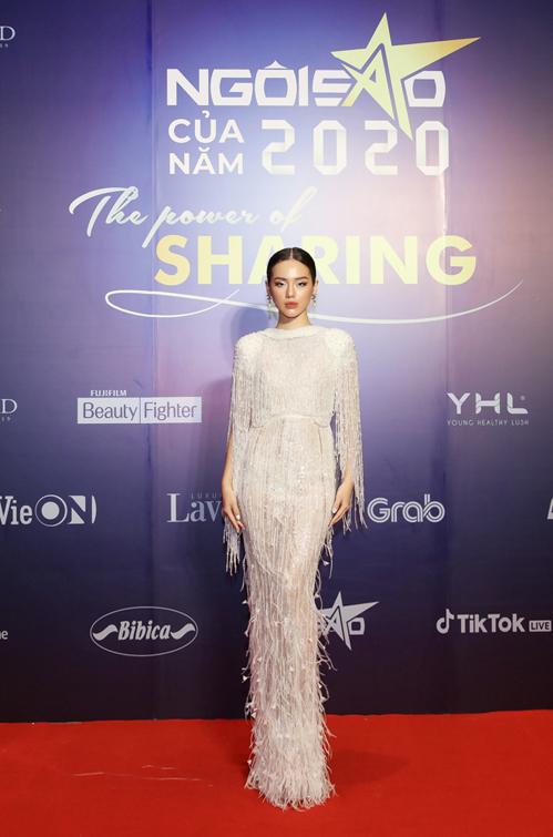 Sử dụng váy đơn sắc, kiểu dáng quen thuộc nhưng trang phục của Khánh Linh được trang trí bằng cườm, pha lê và lông vũ tỉ mỉ.