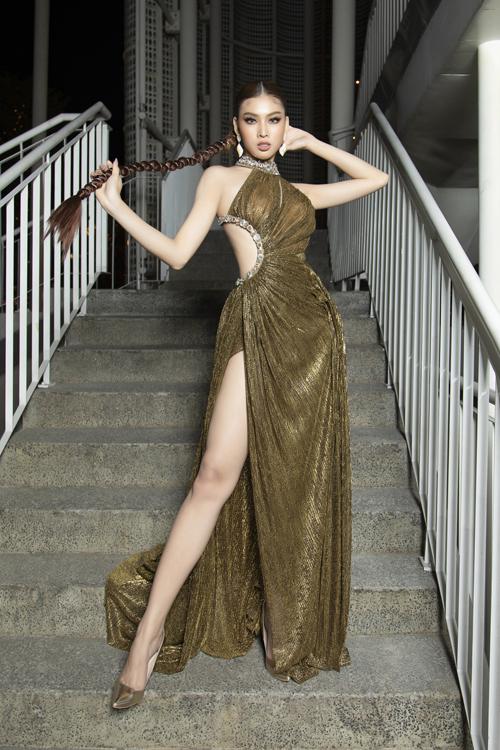 Á hậu Ngọc Thảo thu hút ánh nhìn khi chọn trang phục ánh kim, khai thác tối đa khoảng hở của Đỗ Long.