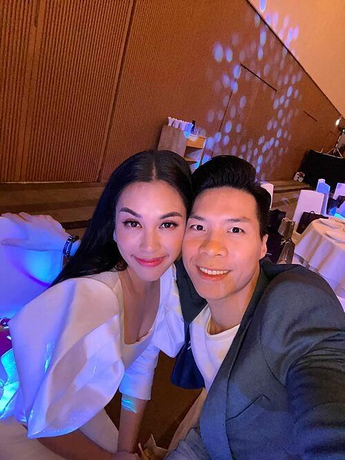 Vợ chồng Quốc Nghiệp - Ngọc Mai tranh thủ selfie khi dự sự kiện.