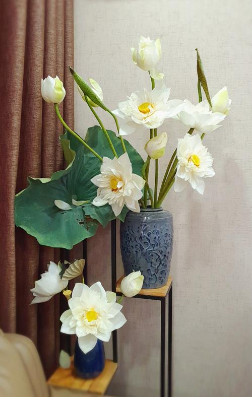 Ngoài hoa hồng, chị Ánh cũng thường xuyên cắm hoa sen. Chị dưỡng sen tỉ mỉ và khá mất công.