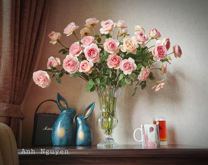 Sau khi nhận hoa hồng vào buổi chiều, chị bắt đầu bước 1 là tuốt gai và nhặt bớt lá héo, lá ở gốc. Chị cắt một chút cuống theo đường chéo để hoa hút nước tốt hơn, ngâm cành hoa vào bồn hoặc xô nhiều nước từ chiều tối tới sáng hôm sau cắm. Chú ý bông hoa cần để nhô lên trên, không ngâm nước, chỉ lấy bình xịt, vặn chế độ phun sương, phun lên hoa.