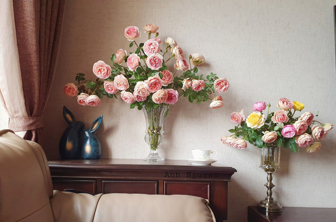 Nếu bạn mua hoa về rồi cắm ngay thì sức hút của cành sẽ kém hơn, nước trong lọ hoa cũng ít, không đáp ứng đủ nhu cầu nước của hoa. Vì thế, nếu ngâm dưỡng hoa tới sáng, hoa sẽ hút đủ nước và tươi, nở đều, đẹp, chị Ánh lưu ý.
